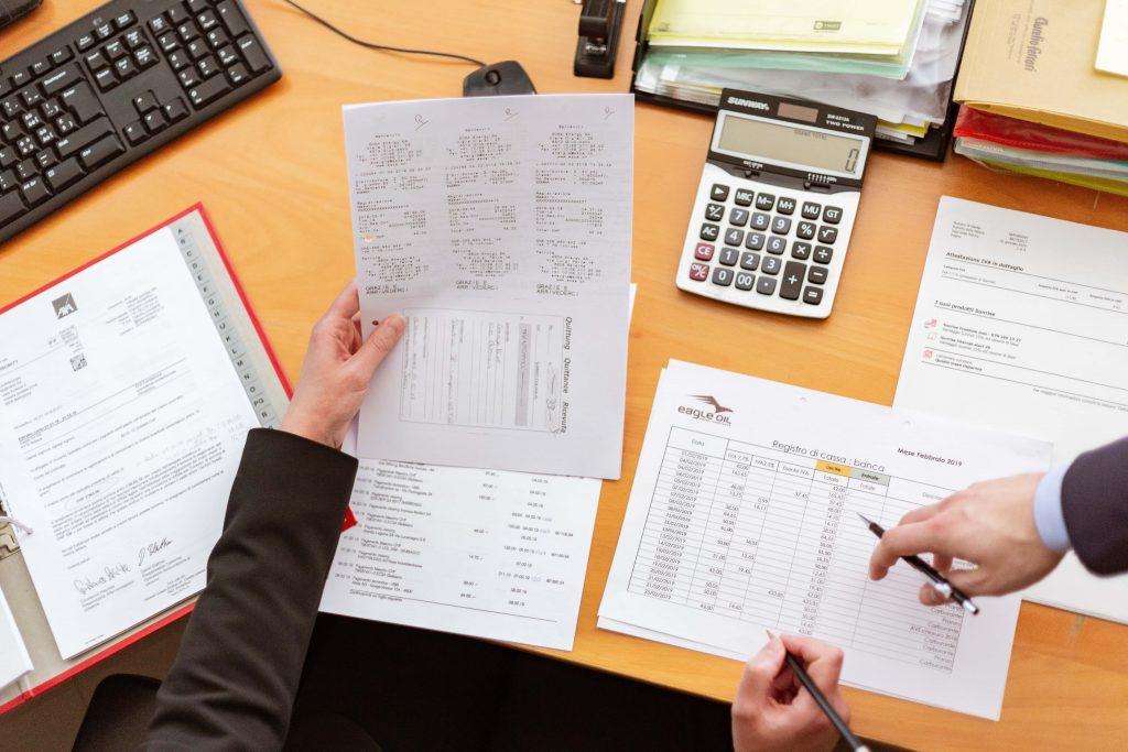 taxateur een afbeelding van een taxateur aan zijn bureau