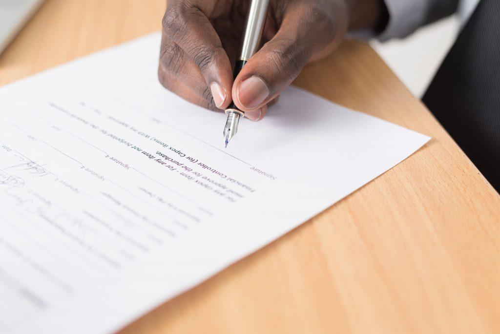 onder voorbehoud van financiering, man die handtekening zet